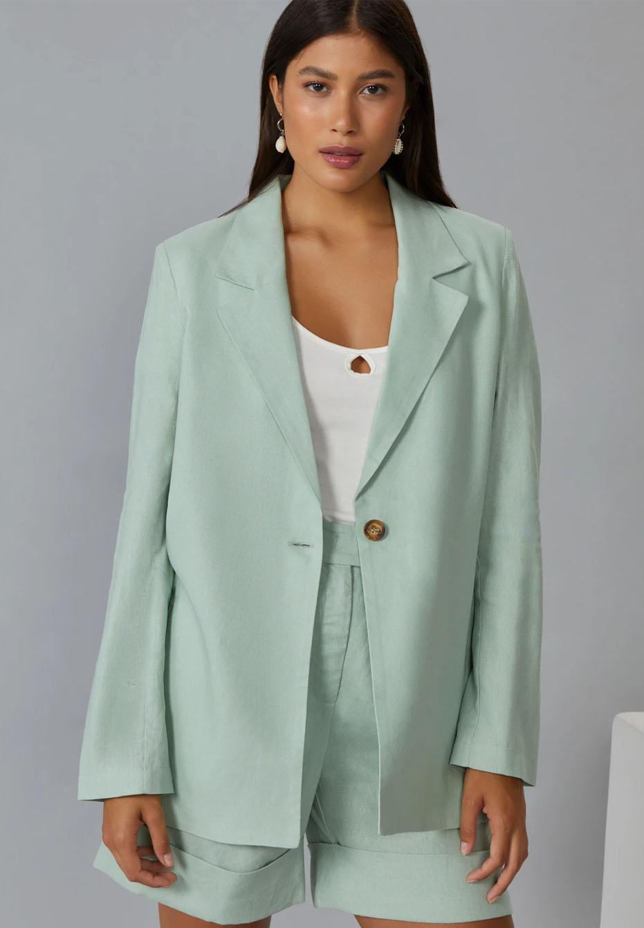 Modelo vestindo blazer de linho verde