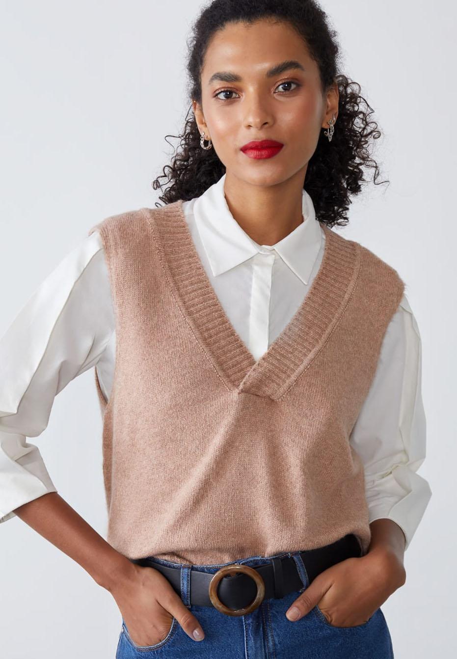Modelo vestindo colete de tricô rosa