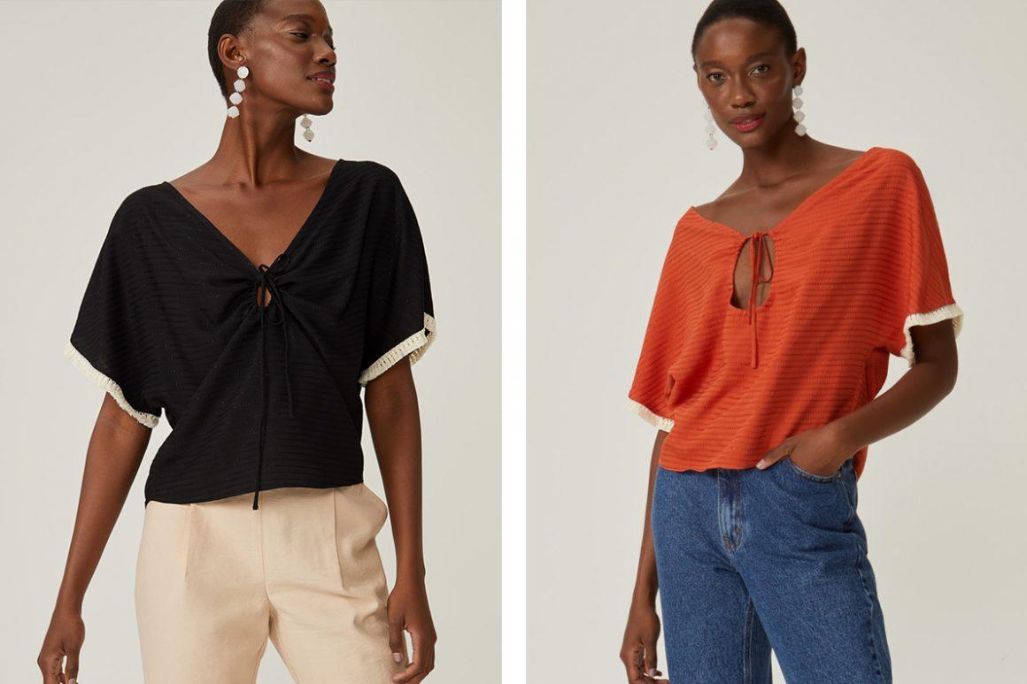 Primeira modelo vestindo blusa manga curta decote franzido preta e segunda modelo vestindo blusa manga curta decote franzido laranja