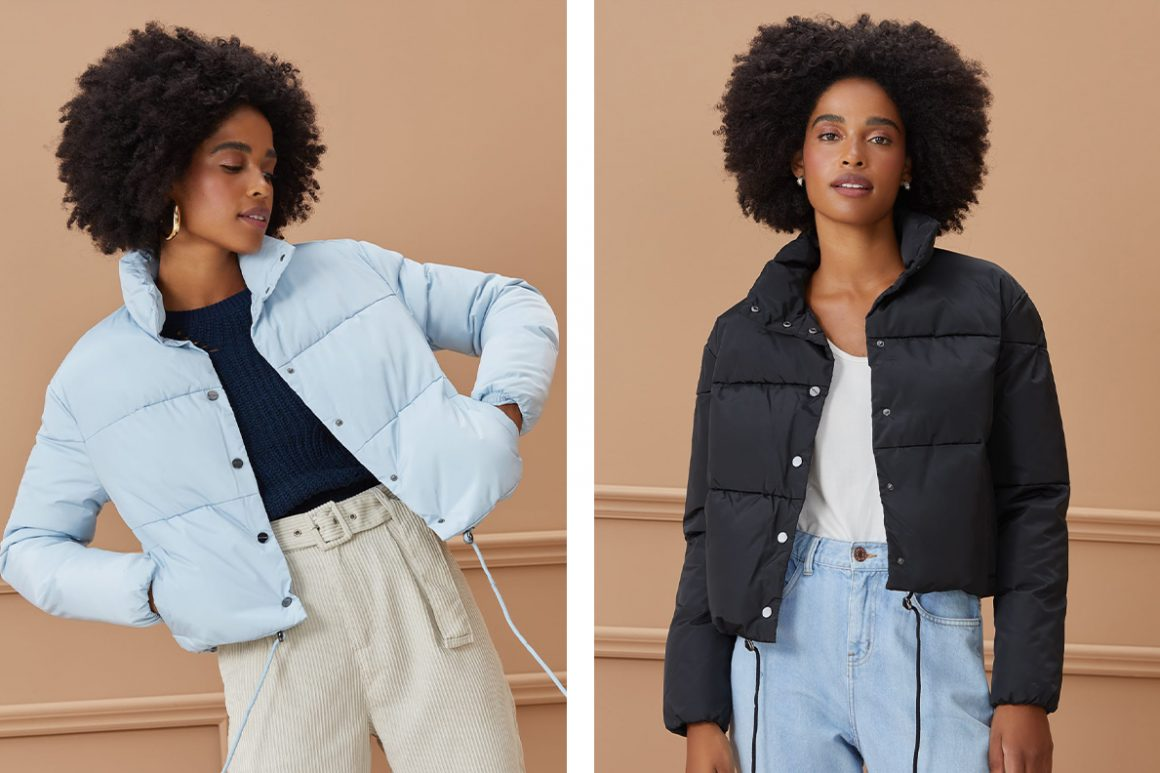 Primeira modelo vestindo jaqueta puffer de nylon azul e segunda modelo vestindo jaqueta puffer de nylon preto